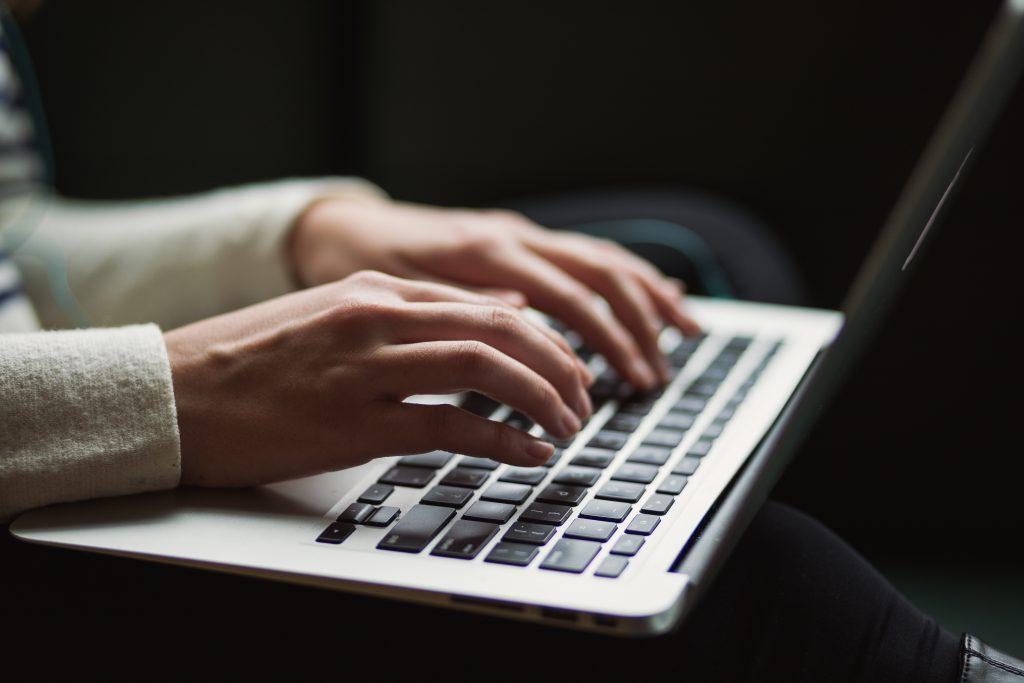 Schreiben auf Laptop